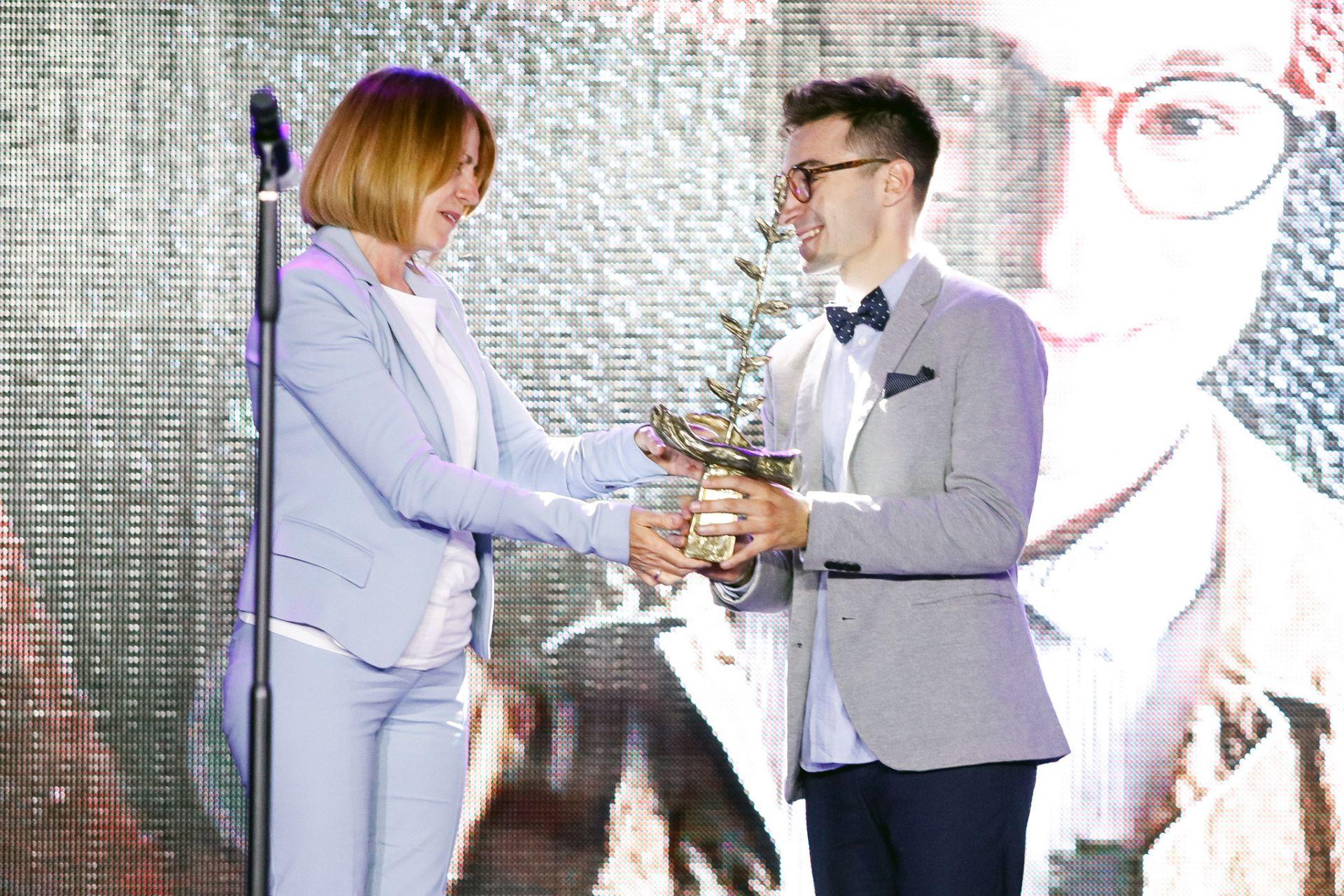 Йорданка Фандъкова връчва наградата на Крис Захариев