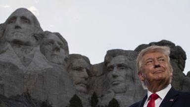 """Под ликовете на 4-ма президенти, изваяни в скалите, Тръмп заклейми """"новия крайно ляв фашизъм"""" (снимки)"""
