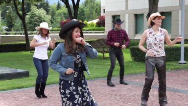 Херо Мустафа с каубойски танц за Деня на независимостта