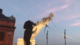 Още една статуя на Колумб бе съборена в САЩ (видео)