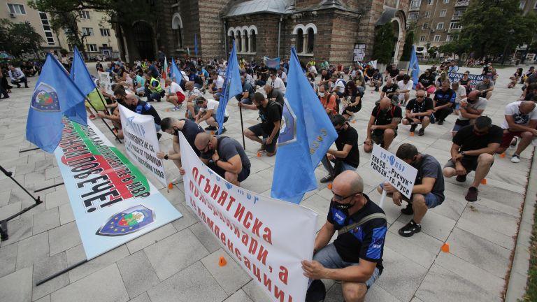 Десетки полицаи протестираха пред МВР на професионалния си празник (снимки)
