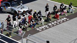 Кои шест пилоти избраха да не коленичат преди първия старт във Формула 1?