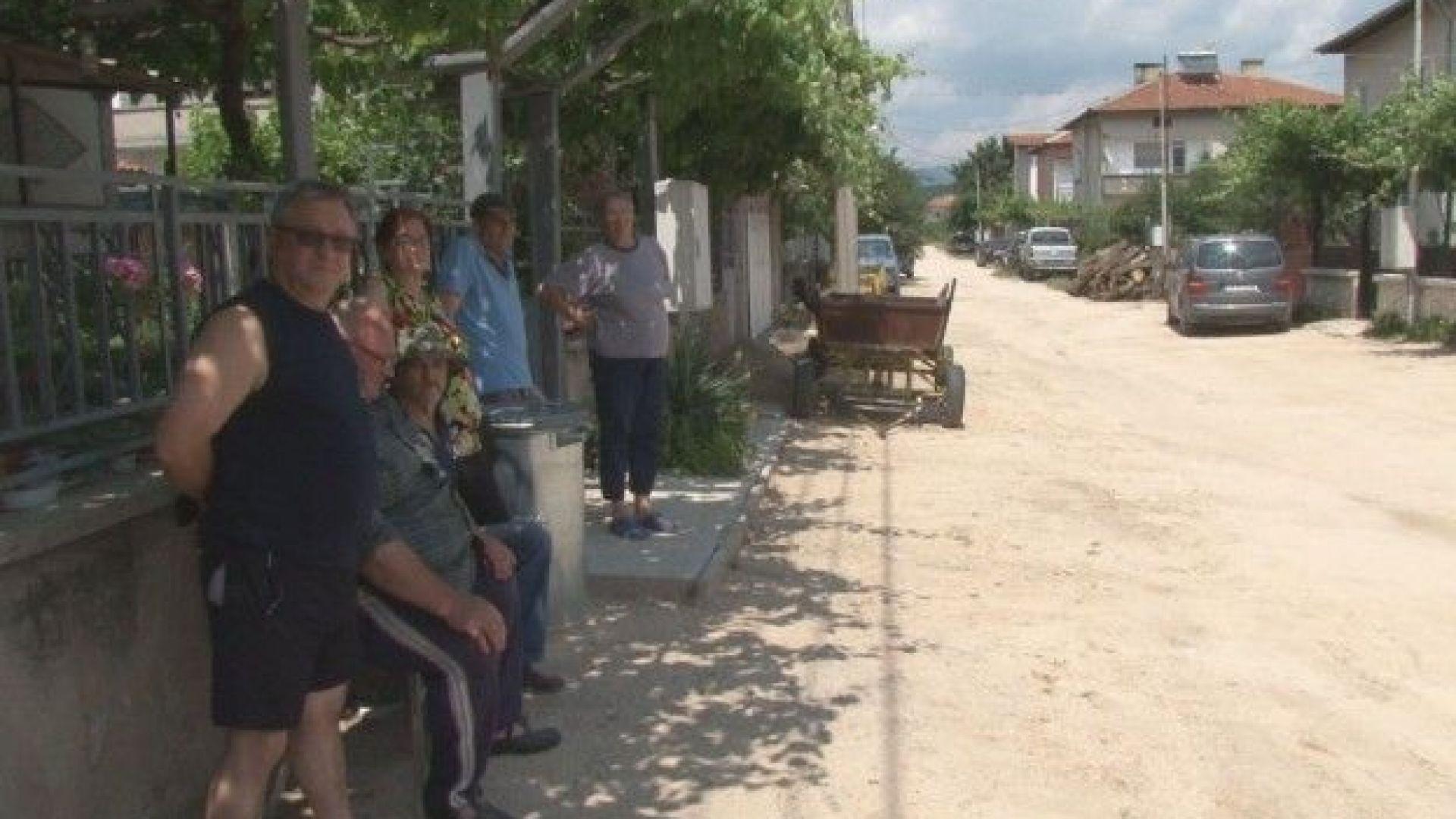 Абсурден казус: Защо жители на Стрелча събират пари за ремонт на квартална улица?
