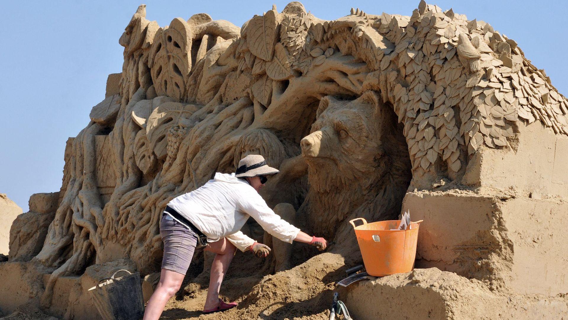 Приказни пясъчни фигури оживяха в Бургас (снимки)