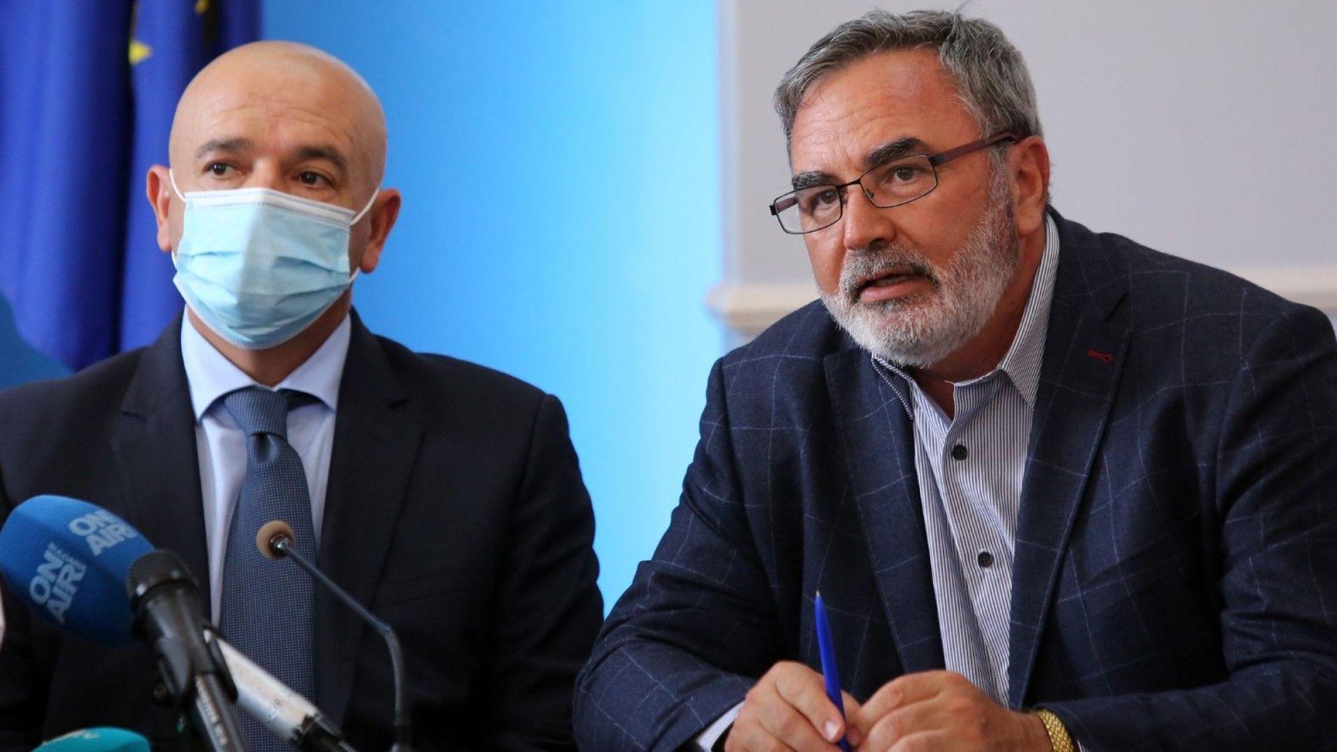 Председателят на Националния оперативен щаб генерал-майор д-р Венцислав Мутафчийски и главният държавен здравен инспектор доц. Ангел Кунчев