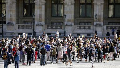 Протест ознаменува отваряне на Лувъра след 3 месеца прекъсване  (снимки)