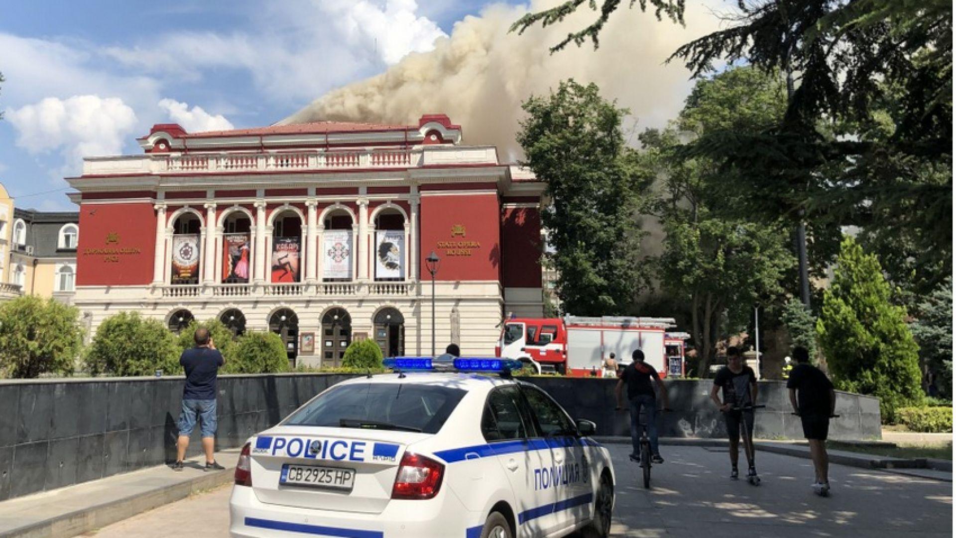 Пожар в Операта в Русе, Банов изпрати заместника си на място (видео+снимки)