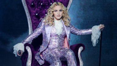 Мадона с топлес снимка - на 61 г. и с патерица, но все така провокативна
