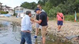 Христо Иванов дебаркира с гумена лодка край лятната резиденция на Ахмед Доган (видео)