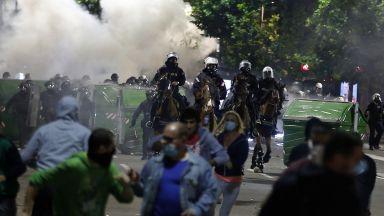 Протестиращи сърби нахлуха в парламента, полицията отговори със сълзотворен газ