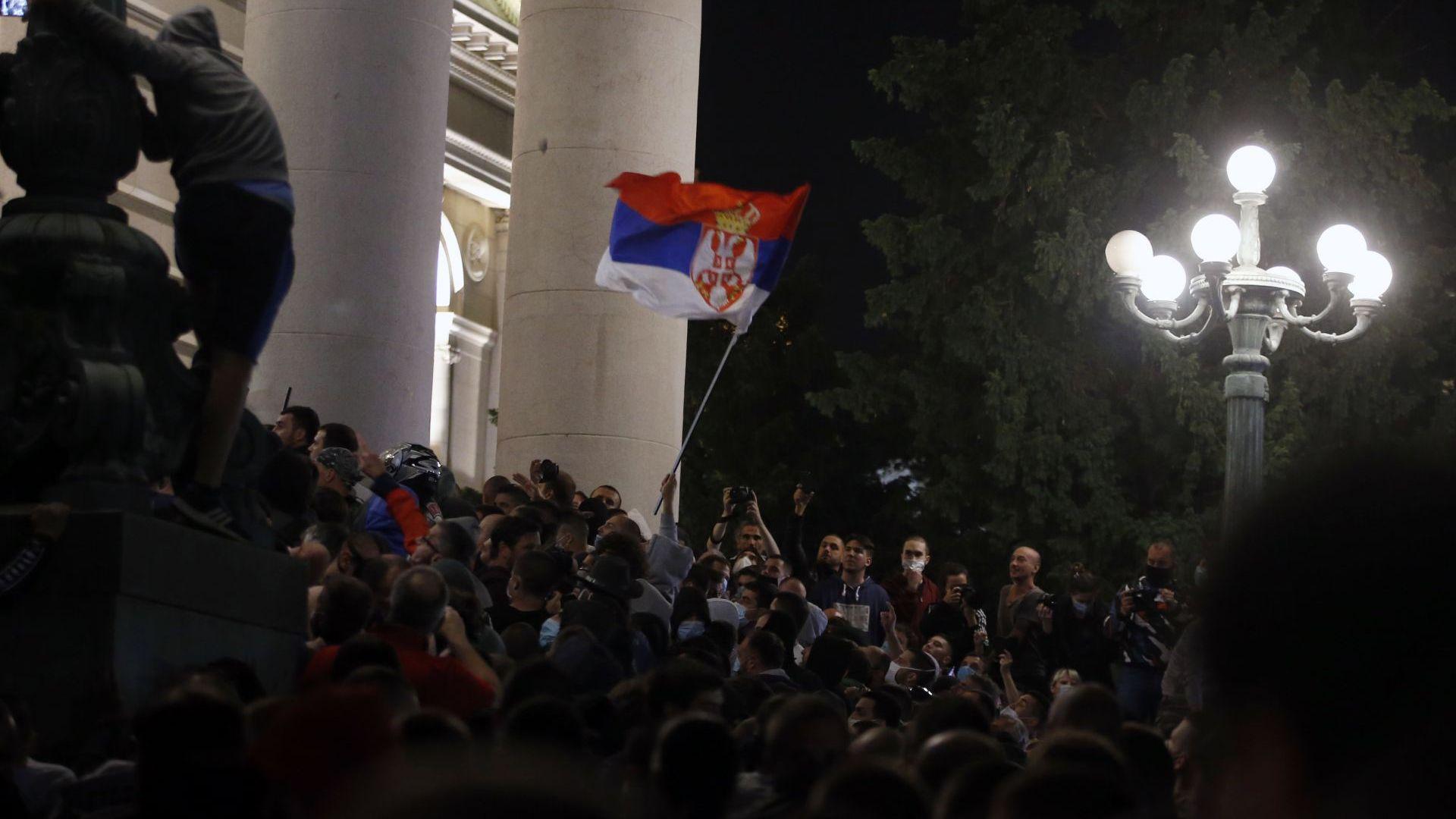 Протестиращи сърби нахлуха в парламента, полицията използва сълзотворен газ (видео и снимки)