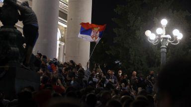 Протестиращи сърби нахлуха в парламента, полицията отговори със сълзотворен газ (видео и снимки)