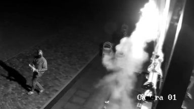 Незивестни подпалиха 21-метровия флаг с цветовете на дъгата върху сградата на Walltopia