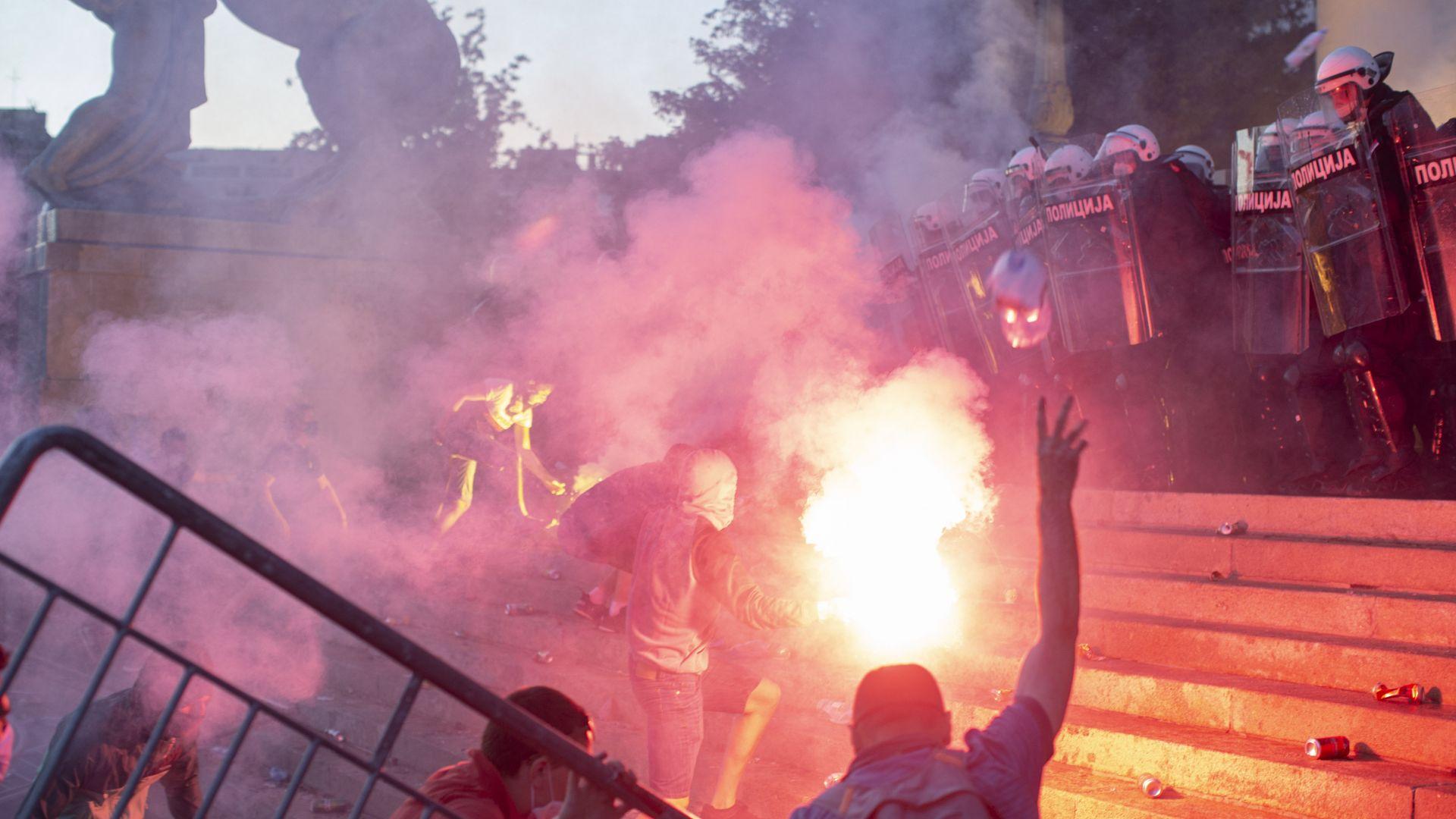 Втора нощ протести в Сърбия - факли и бутилки срещу полицията, тя пак отвърна със сълзотворен газ (видео)