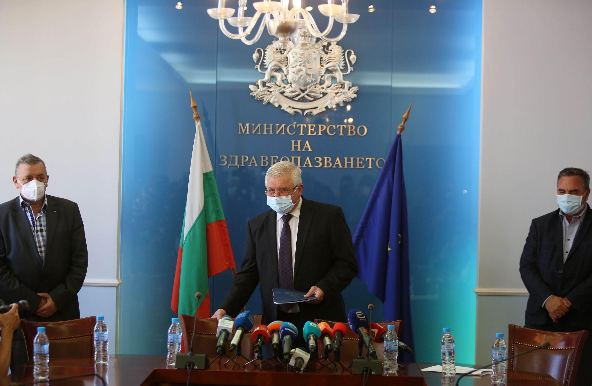 Проф. Тодор Кантарджиев и доц. Ангел Кунчев участваха в брифинга с министър Кирил Ананиев