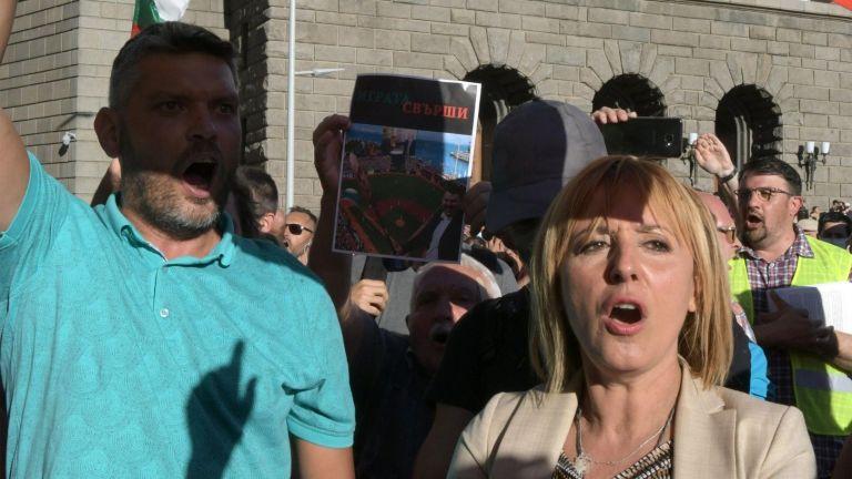 Мая Манолова на протеста пред Съдебната палата