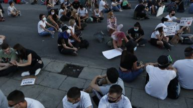 Третата вечер на демонстрации в  Белград премина мирно, след две  нощи с насилие и сблъсъци с полицията