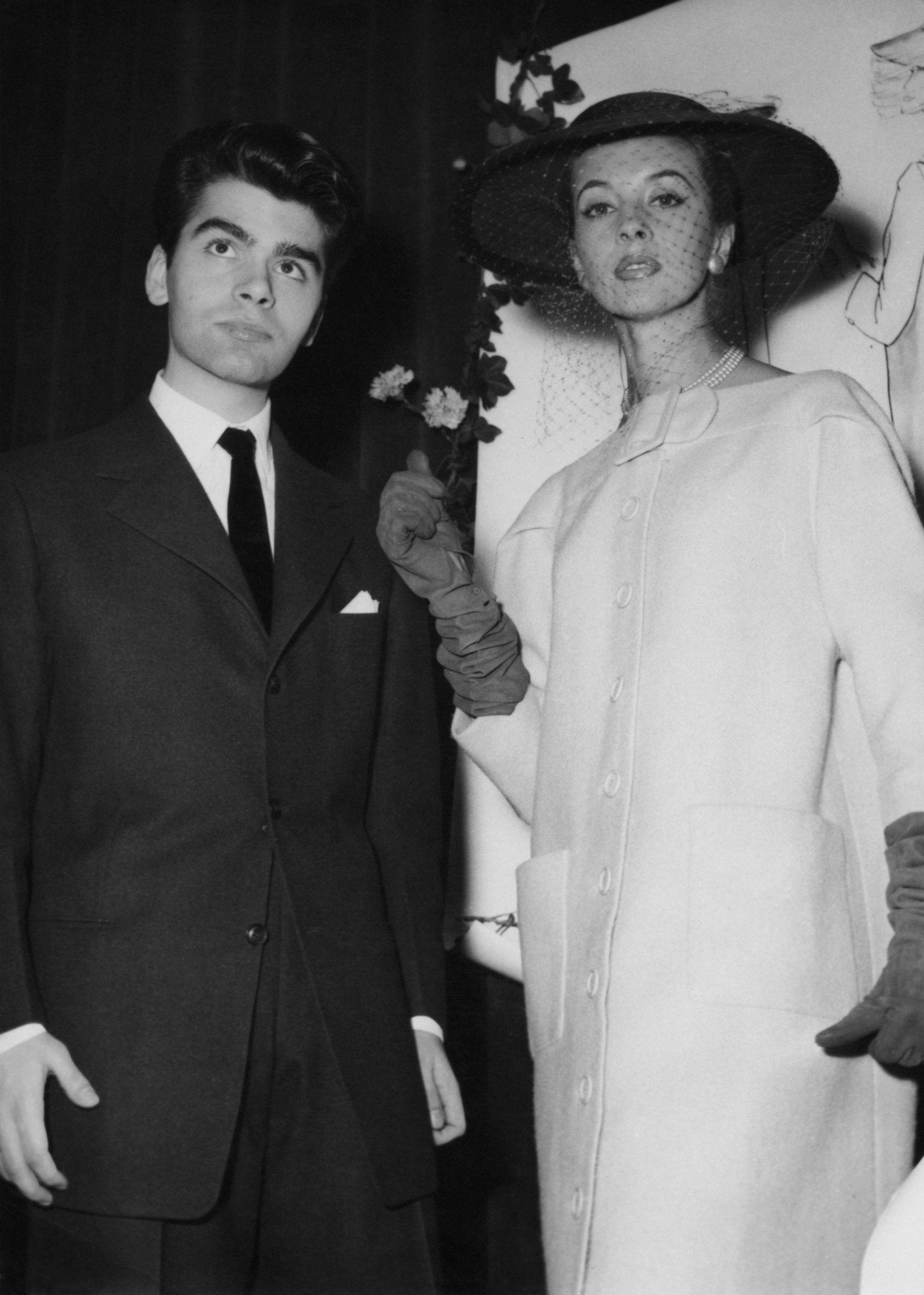 Германският дизайнер Карл Лагерфелд печели моден конкурс, Париж, декември 1954