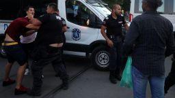 Поддръжници на президента нападнаха оттеглящи се демонстранти, има арестувани (снимки)