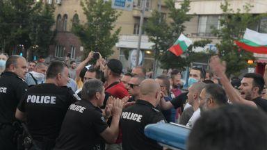 Трети ден протестиращи се събират пред президентството