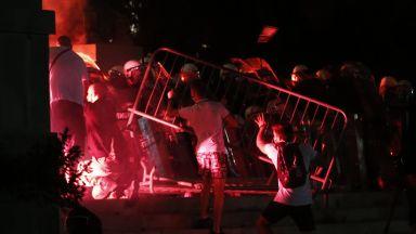 Бой, камъни и поредна атака на сръбския парламент (видео+снимки)