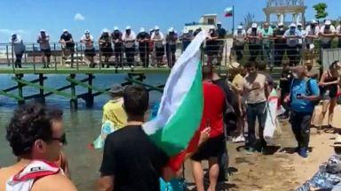 Протестиращите достигнаха плажа, активисти на ДПС са в непосредствена близост