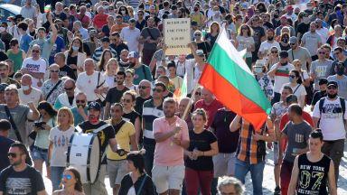 Трети ден протестиращи се събират пред президентството (обновена)