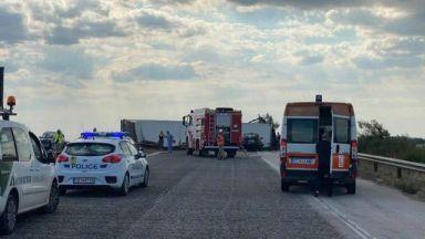 Камион навлезе в насрещното движение, има 6 жертви и ранени