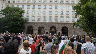 Ден четвърти на протеста, площадът в триъгълника на властта вече е пълен