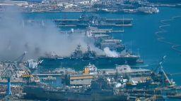 Взрив, много ранени и опасност от пълно унищожение: Гори американски десантен кораб (видео)