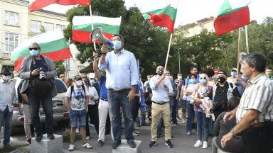 Протест за оставка на вътрешния министър, пред МС заплашват да не пускат депутатите в НС (снимки)