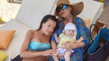 Илиана Раева на море с дъщерите и внучките си