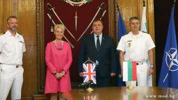 Министърът на отбраната награди британския посланик Ема Хопкинс