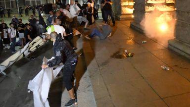 Бомбички, полицейски щитове и ранени след провокация пред бившия Партиен дом (снимки)