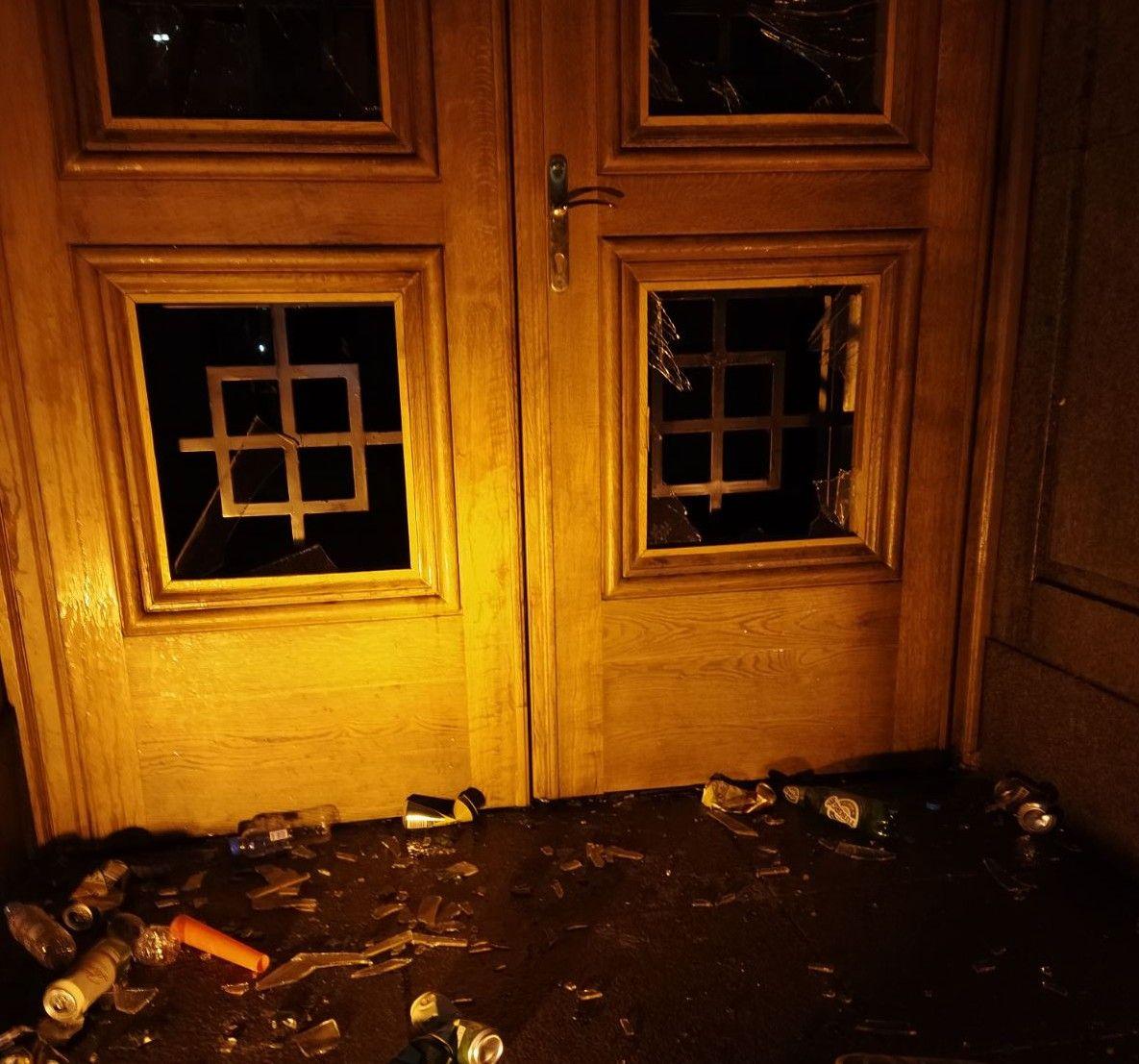 Счупените стъкла и бутилки на входа на сградата