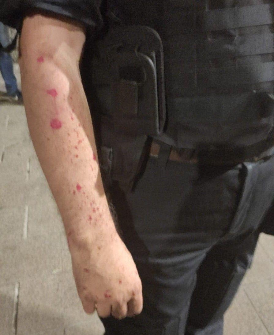Следи от червената боя по полицаите