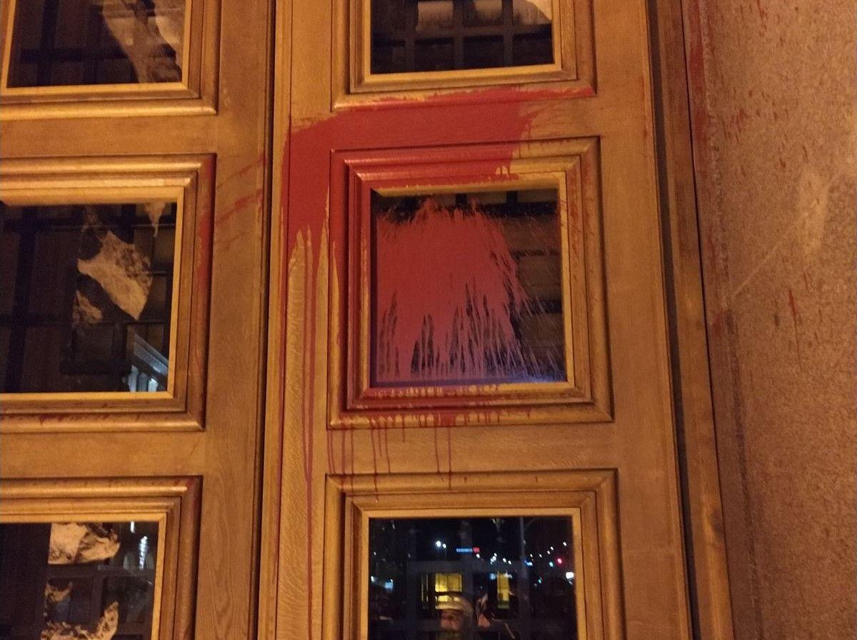 Следи от червената боя по вратите на Партийния дом