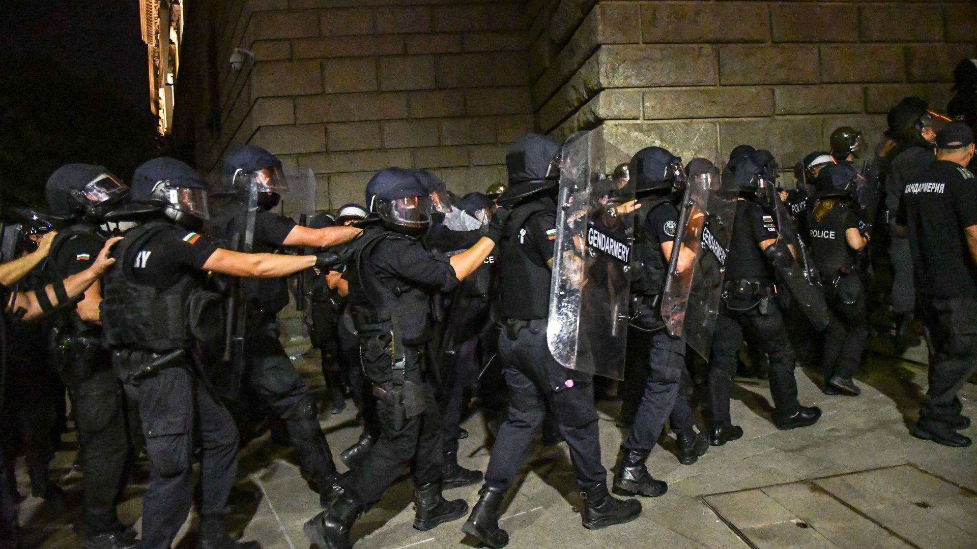 СДВР: 9 полицаи са ранени от началото на протестите, семействата им се притесняват