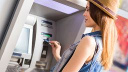 Как действат измамниците и как да се защитите при теглене на пари от банкомат?