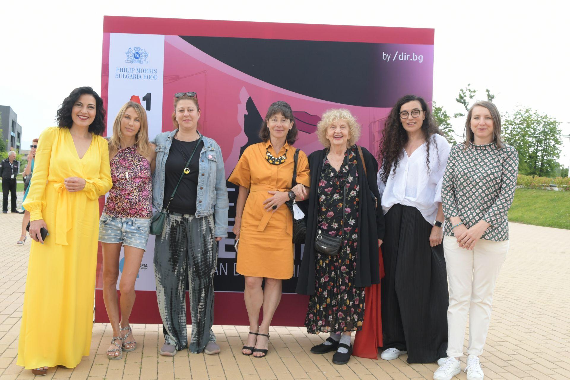 Уникалните жени набитието 2020 година позират на съ