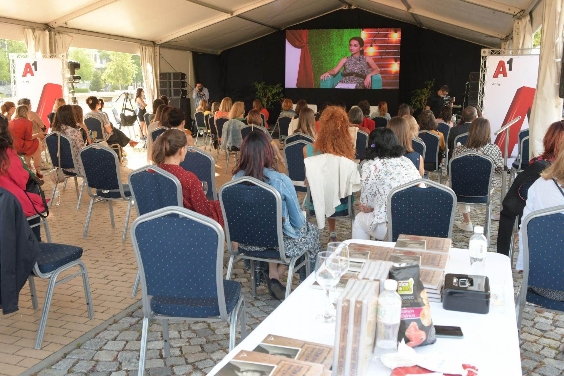 Зрителите имаха възможност да поговорят със 7-те лектора преди и след конференцията