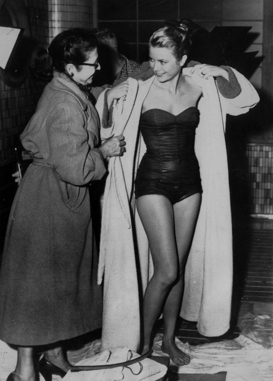 Грейс Кели се завива с халат след плуване