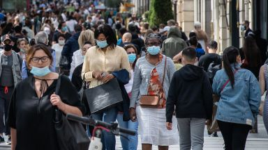 Маските пак стават задължителни на закрити обществени места във Франция
