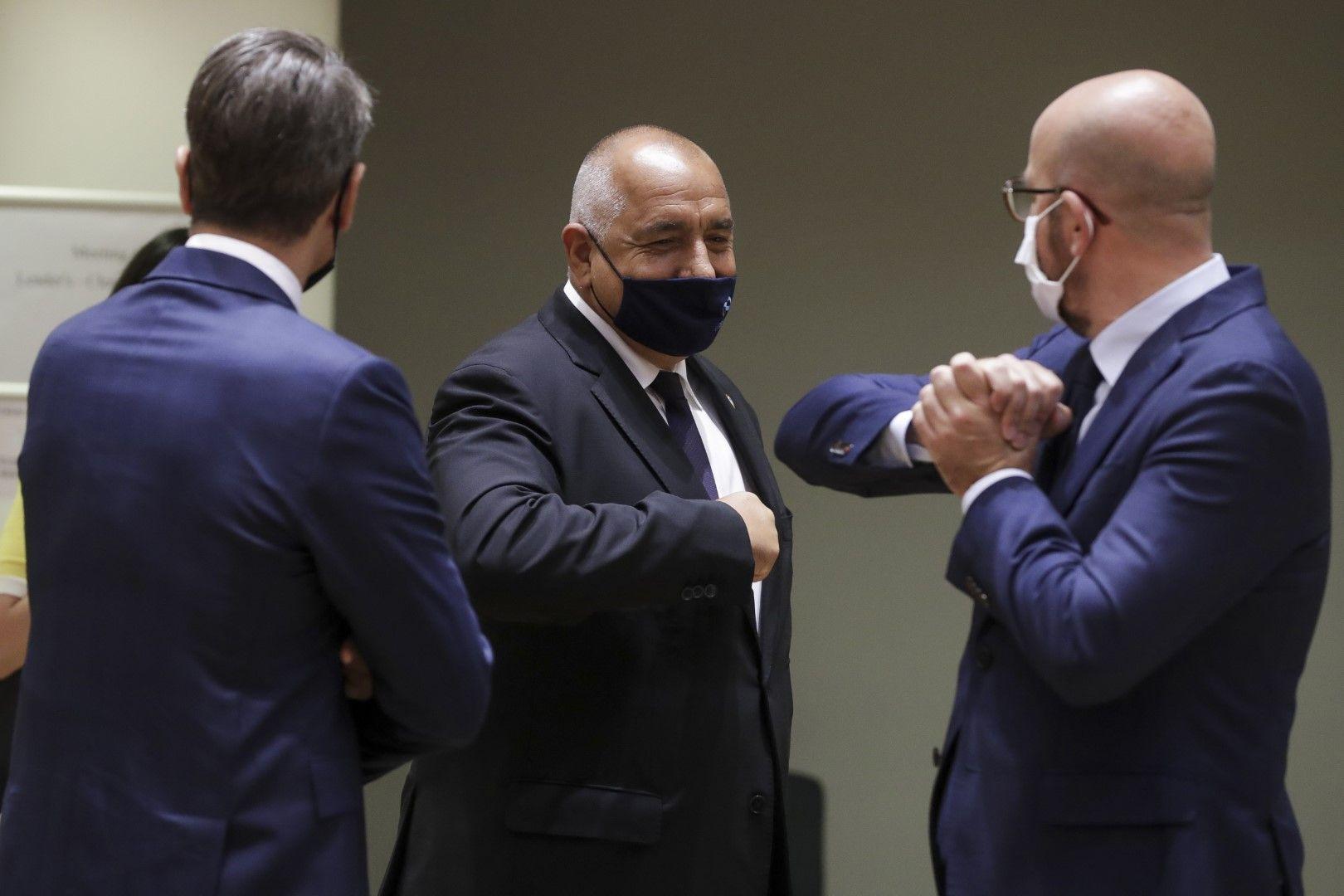 Шарл Мишел поздравява Бойко Борисов с докосване на лакти