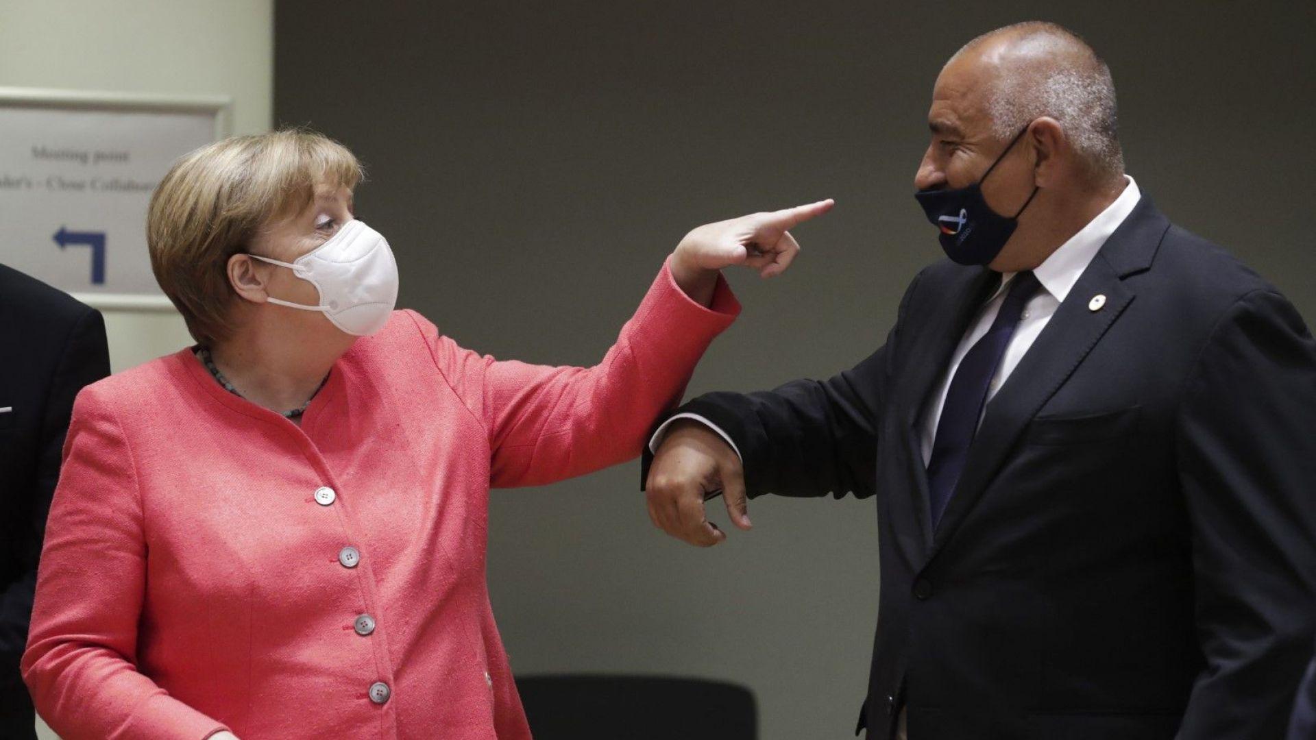 Борисов подари бъклица с розово масло на Меркел, хванаха го да носи маска неправилно (снимки)
