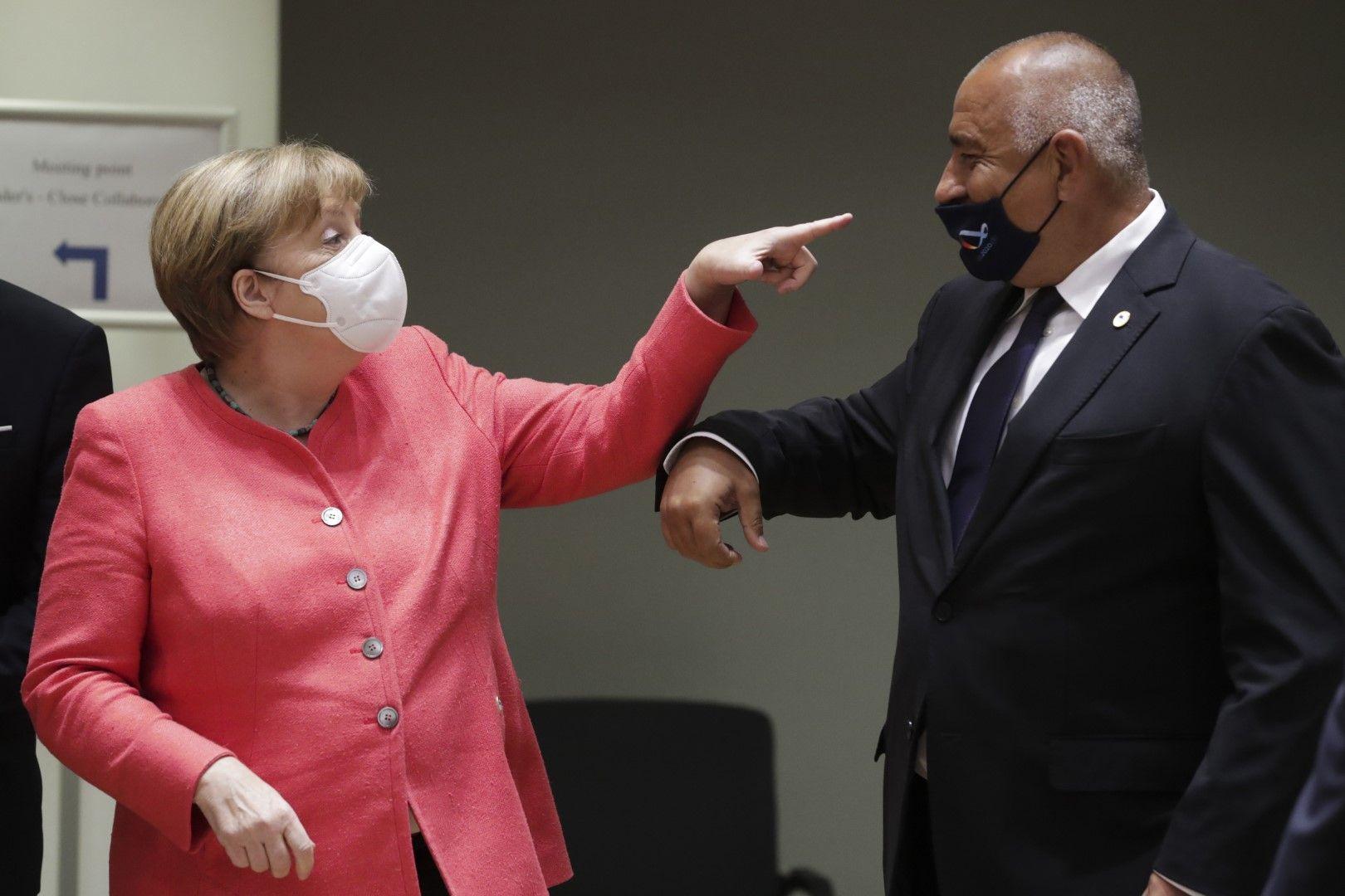 Снимка на седмицата на Асошиейтед прес. Ангела Меркел изглежда посочва непокрития от маската нос на Бойко Борисов.