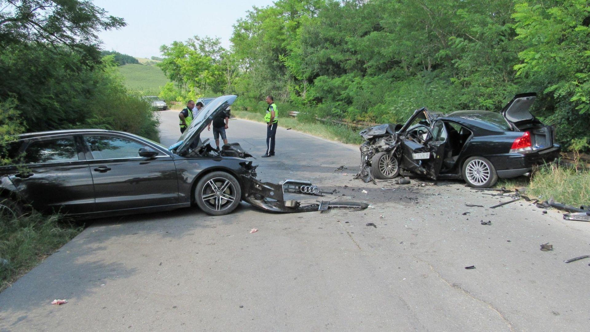 Шестима ранени при челен удар на връщане от погребение (снимки)