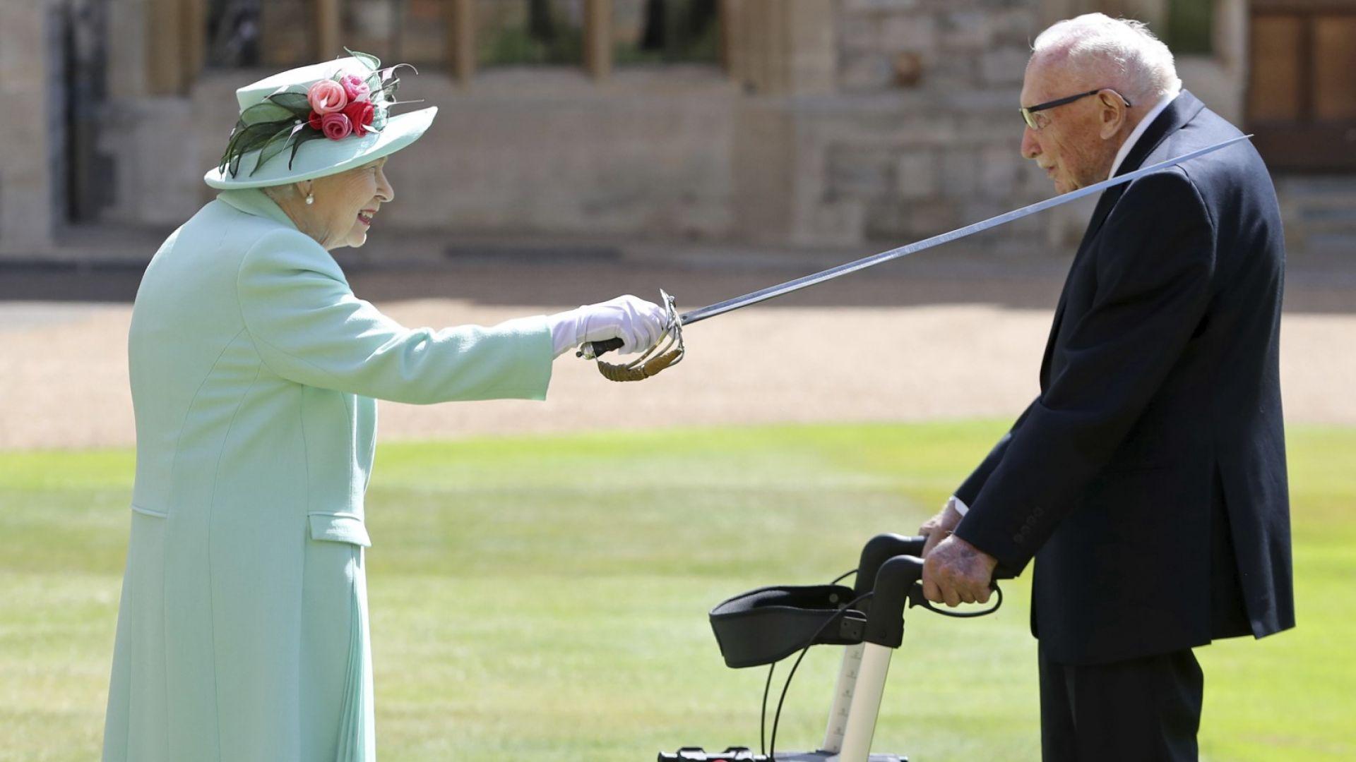 100-годишният Том Мур получи рицарска титла от кралица Елизабет (снимки)