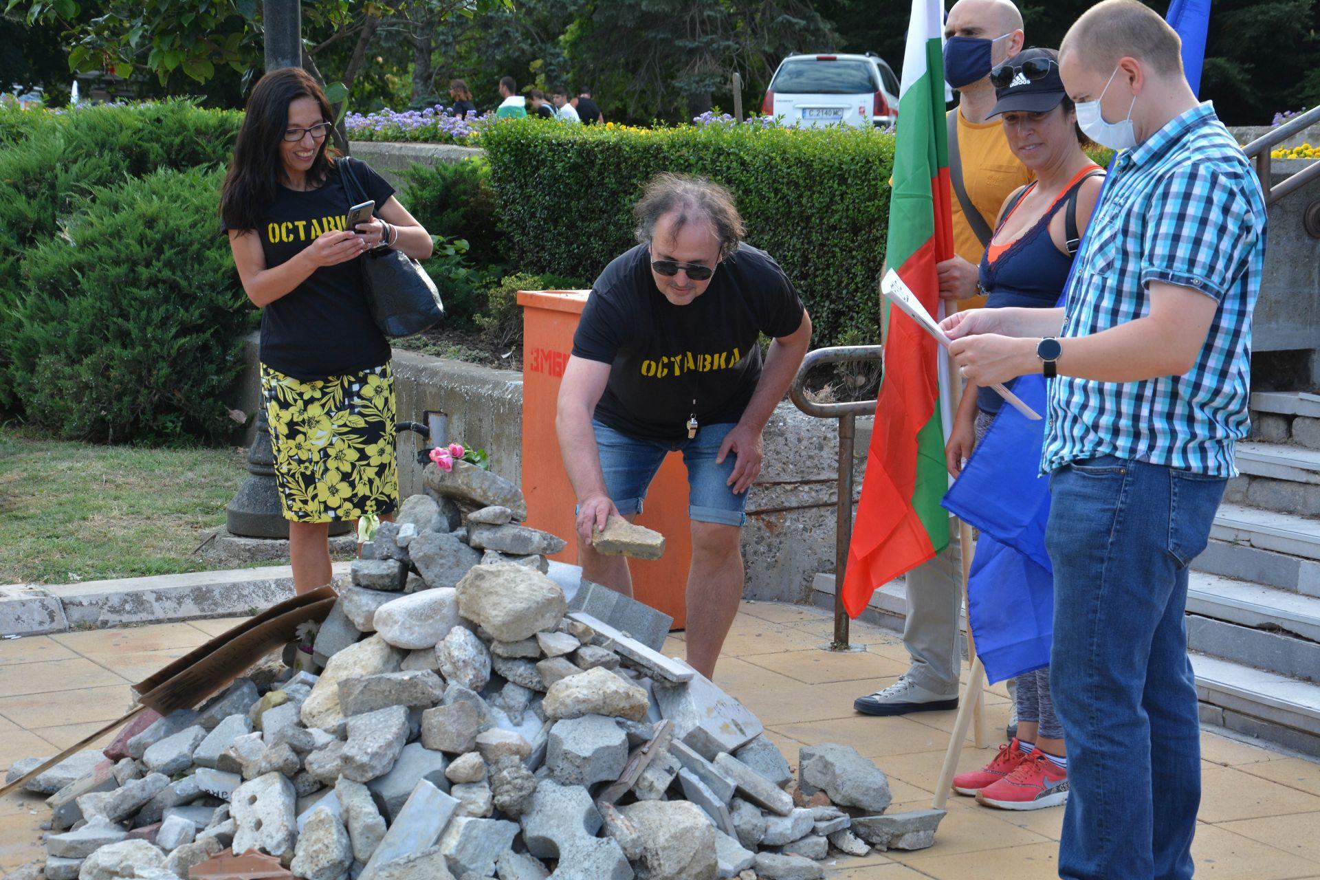 Във Варна, преди да тръгнат на шествие, местни жители сложиха още камъни и цветя върху грамадата пред общината, в памет на Пламен Горанов, който се самозапали там в знак на протест преди 7 г.