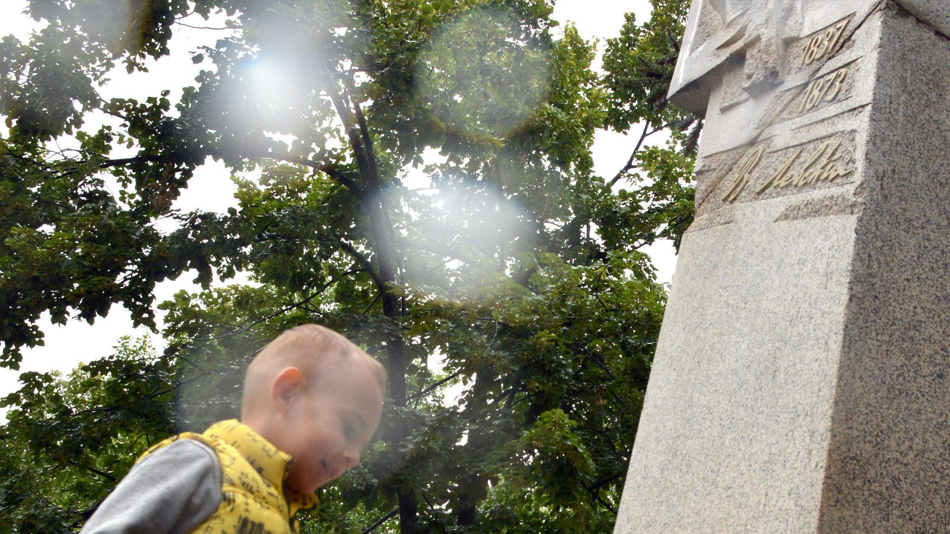 Поклон пред Апостола - с цветя и маски (снимки)